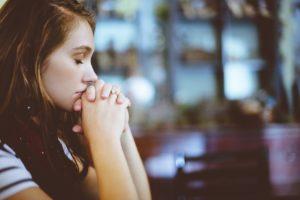 感謝の祈りを捧げる女性