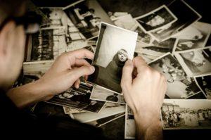 過去の写真を見る青年